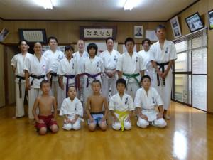2014 Japan Kyushu Shihan Masako im Dojo von Ishida Sensei ihrem ersten Lehrer mit Lukas und Daniel Stock